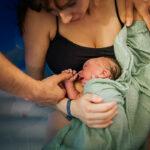 Mother holding newborn after water birth - Hello Baby geboortefotografie